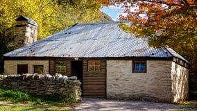 Cabaña de piedra vieja de los colonos en Arrowtown Nueva Zelanda imagen de archivo