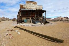 Cabaña del desierto en la riolita, Nevada Imagenes de archivo