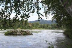 Cabaña del ladrillo en el bosque en el río Katun de la montaña Imagen de archivo