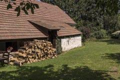 Cabaña del pueblo con madera cortada fotografía de archivo