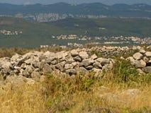 Cabaña del sheppard y cerca medievales arruinadas de la piedra Fotografía de archivo libre de regalías