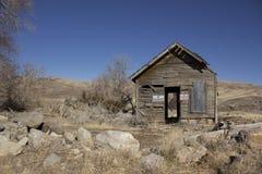 Cabaña delapitating abandonada vieja fotos de archivo libres de regalías
