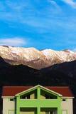 Cabaña en área no-urbana debajo de las montañas Fotografía de archivo