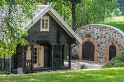 Cabaña en el bosque imagenes de archivo