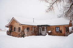 Cabaña en el invierno Imagen de archivo libre de regalías