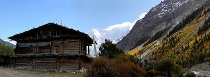 Cabaña en el valle fotografía de archivo