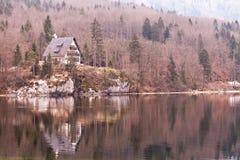 Cabaña en la batería del lago Bohinj Foto de archivo libre de regalías