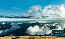 Cabaña en la cima de la montaña Fotos de archivo libres de regalías