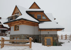 Cabaña en la estación nevosa del invierno Fotos de archivo libres de regalías