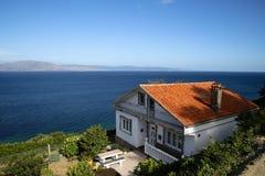 Cabaña en la ladera por el mar Fotografía de archivo libre de regalías