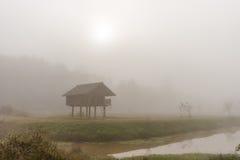 Cabaña en la niebla Imágenes de archivo libres de regalías