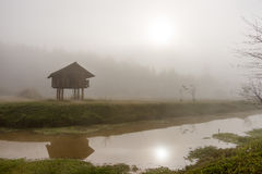 Cabaña en la niebla Imagen de archivo libre de regalías