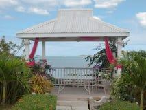 Cabaña en la playa de Antigua y el restaurante local Foto de archivo