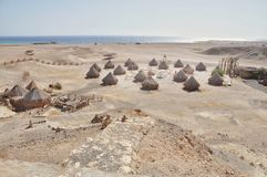 Cabaña en la playa por el mar con una trayectoria de las montañas fotos de archivo