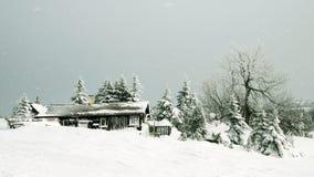 Cabaña en las montañas Imágenes de archivo libres de regalías