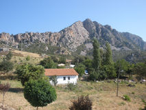 Cabaña en las montañas fotos de archivo