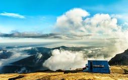 Cabaña en las montañas en la puesta del sol Fotos de archivo