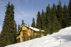 Cabaña en montañas del invierno Imagen de archivo libre de regalías