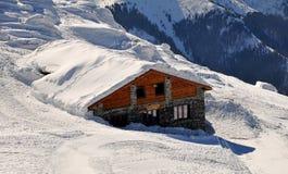 Cabaña en nieve Imagenes de archivo
