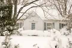Cabaña en tempestad de nieve del invierno Imagen de archivo libre de regalías