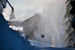 Cabaña en tormenta de la nieve, en la mucha altitud en montaña Fotos de archivo
