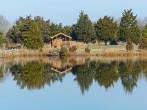 Cabaña en un lago Fotos de archivo libres de regalías