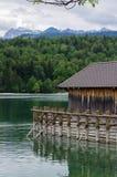 Cabaña en un lago de la montaña fotografía de archivo
