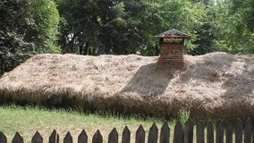 Cabaña enterrada en la tierra almacen de video