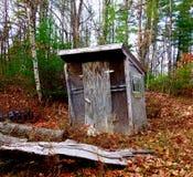 Cabaña fantasmagórica misteriosa, desmantelada ocultada en el bosque de Maine Foto de archivo