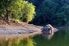 Cabaña flotante en el lago Imagen de archivo