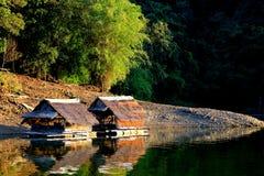 Cabaña flotante en la opinión beautyful del lago Fotos de archivo