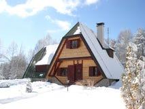 Cabaña hermosa en las montañas Foto de archivo libre de regalías