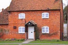 Cabaña inglesa de la aldea del ladrillo rojo Fotografía de archivo