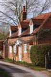 Cabaña inglesa de la aldea del ladrillo rojo Fotos de archivo libres de regalías