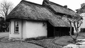 Cabaña irlandesa blanco y negro Foto de archivo libre de regalías
