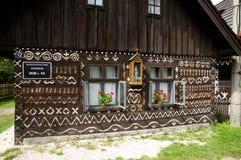Cabaña popular pintada, Cicmany Fotos de archivo