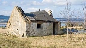 Cabaña que desmenuza abandonada vieja. Fotos de archivo
