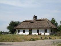 Cabaña rústica antigua en un campo imagenes de archivo