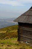 Cabaña rústica en las montañas Foto de archivo libre de regalías