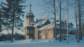 Cabaña rusa nevada tradicional hermosa - terem en un bosque foto de archivo libre de regalías