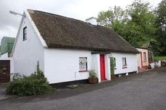 Cabaña tradicional irlandesa de la paja Fotos de archivo libres de regalías
