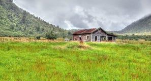 Cabaña vieja en las montañas Foto de archivo libre de regalías
