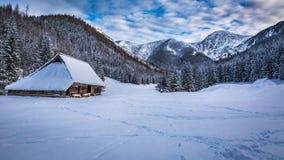 Cabaña vieja en montañas del invierno Imágenes de archivo libres de regalías