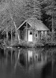Cabaña vieja por el lago Fotos de archivo libres de regalías
