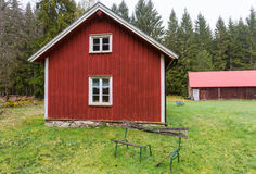 Cabaña vieja roja en el bosque foto de archivo libre de regalías