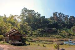 Cabaña vieja situada en la selva Fotos de archivo libres de regalías