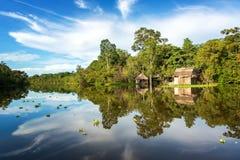 Cabaña y cielo de la selva fotografía de archivo