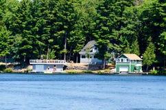 Cabaña y dos boathouses Foto de archivo