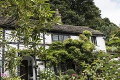 Cabaña y jardín en el pequeño pueblo de Pott Shrigley, Cheshire, Inglaterra Fotos de archivo