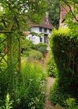Cabaña y jardín ingleses tradicionales de la aldea Imágenes de archivo libres de regalías